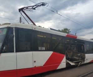 На Бухарестской легковушка и микроавтобус врезались в трамвай