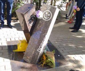 Горожанин сделал памятник бордюру и поребрику из бетонных блоков